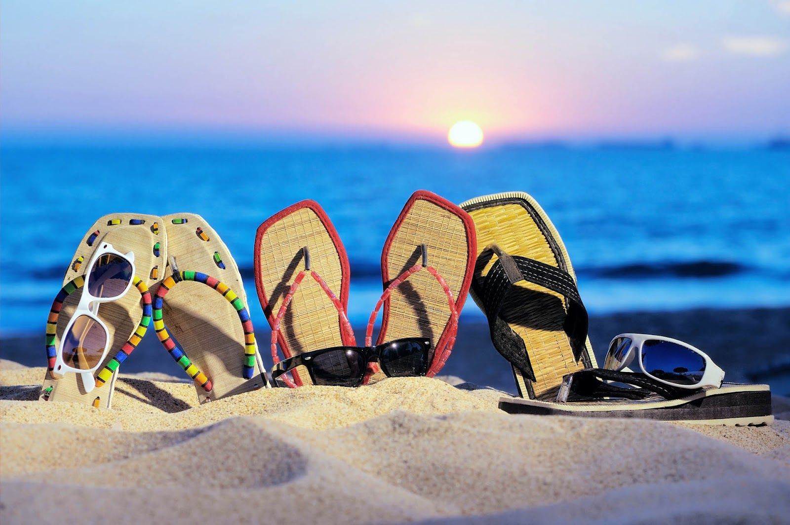 summer-desktop-wallpaper-with-sunglasses-and-flip-flops-at-beach